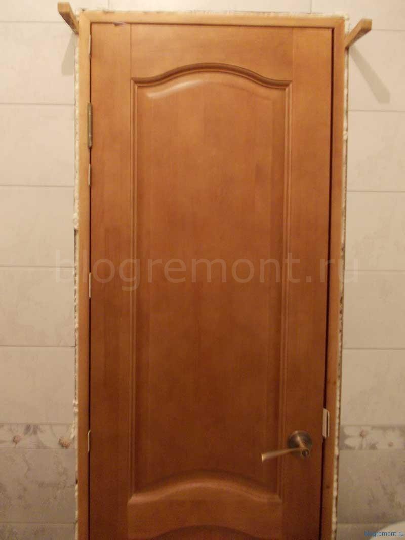 как расклинить дверь при установке