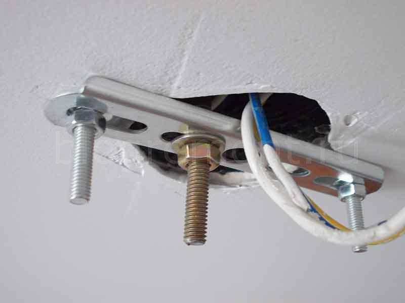 Как прикрепить люстру к потолку