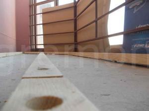крепим лаги для деревянного пола