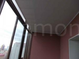 потолок из ПВХ панелей на балконе