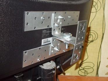 kronshtejn-na-zadnej-paneli-monitora
